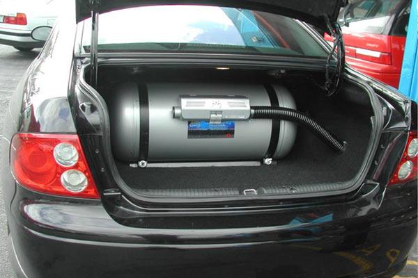 Цилиндрический баллон ГБО в багажнике